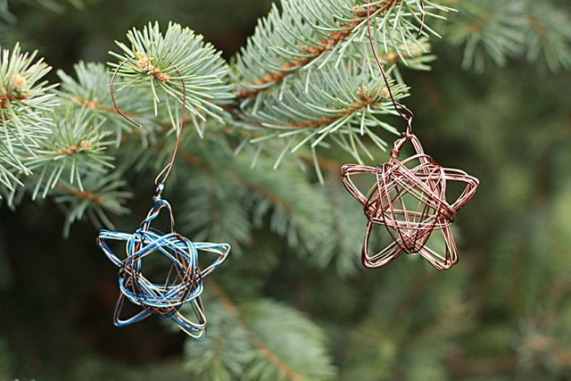 Wire-Star-Ornaments-from-www.alyssaandcarla.com_