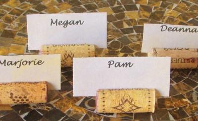 Použijte korkové zátky na jmenovky na stůl.