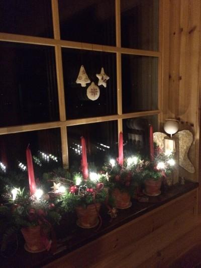 Vyrobte si krásný vánoční svícen do květináče.