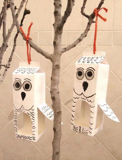 Využijte prázdnou krabici od mléka na vytvoření krmítka pro ptáčky.