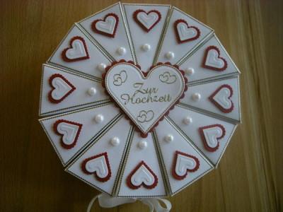 Darujte peníze ve svatebním dortu z papíru.