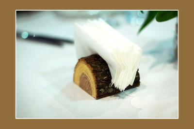 Vyrobte si držák na ubrousky ze špalku dřeva.