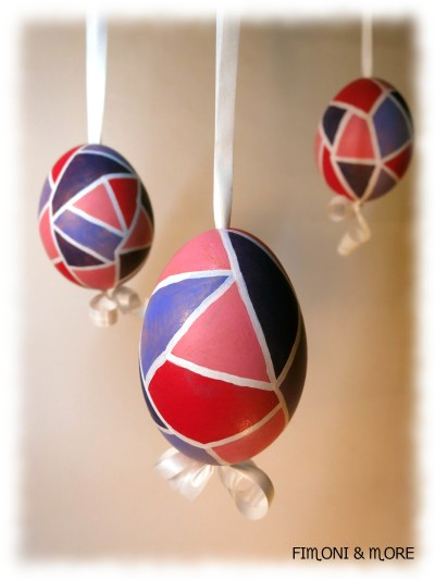 Vajíčko pokreslete voskovkou a potom nechte barvu rozpustit nad čajovou svíčkou