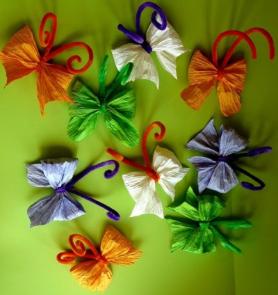 heky-motýlci z krepového papíru