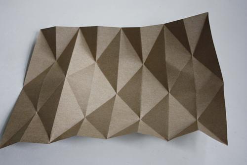 Po přeložení se začne papír tvarovat sám.
